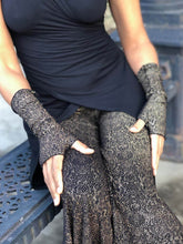 Load image into Gallery viewer, Snake Print Fingerless Gloves