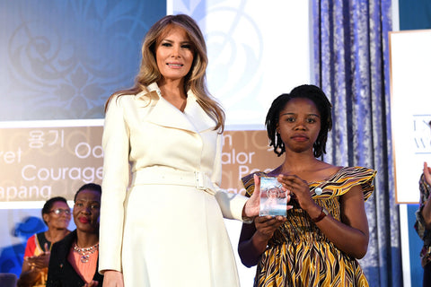 melania-trump-posing-with-award