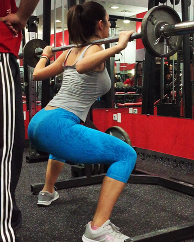 woman-squatting-gym