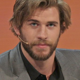 liam-hemsworth-wears-a-suit