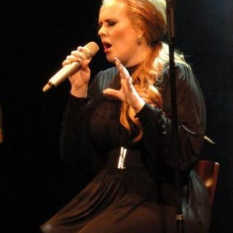 Adele-wears-a-black-elegant-outfit