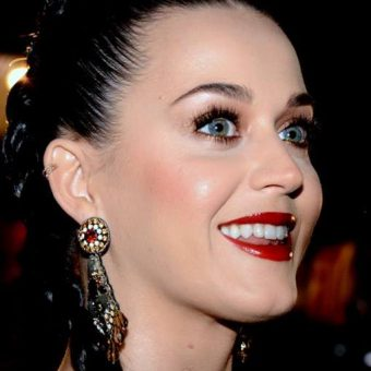 katy-perry-has-red-lipstick