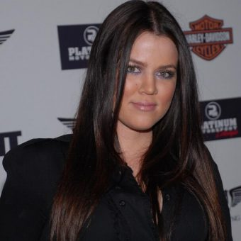 Khloe-Kardashian-wears-a-black-shirt