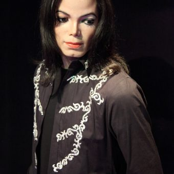 Michael-Jackson-wears-a-black-outfit