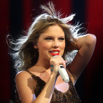 Taylor-Swift-is-singing