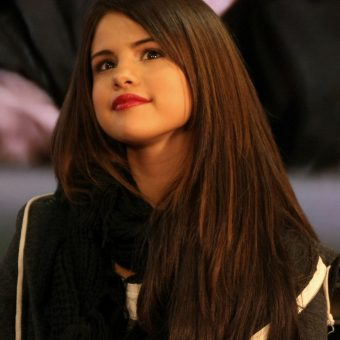 Selena-Gomez-wears-a-black-jacket