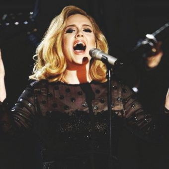 Adele-wears-a-black-shirt