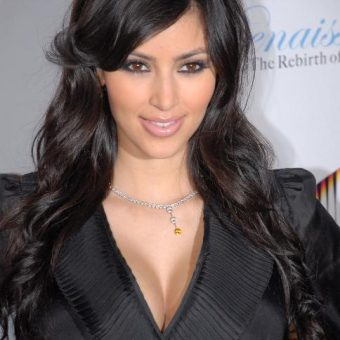 Kim-Kardashian wears-an-elegant-necklace