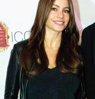 Sofia-Vergara-wears-a-black-leather-jacket