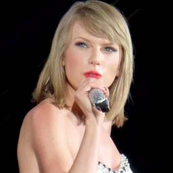 Taylor-Swift-wears-a-white-dress