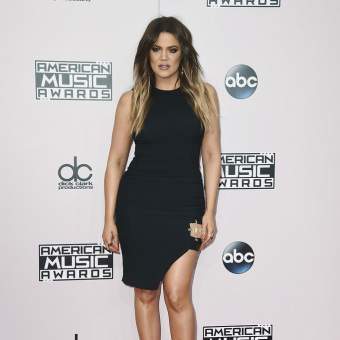 Khloe-Kardashian-wears-a-black-dress