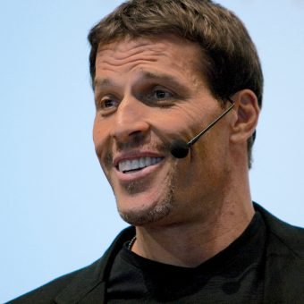 Tony-Robbins-is-smiling