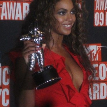 Beyonce-wears-a-red-dress