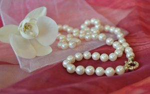 Pearl-necklace-with-a-flower