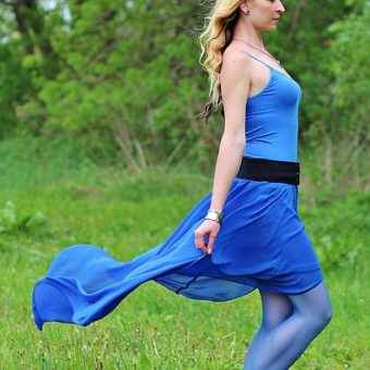 Woman-wears-a-blue-dress