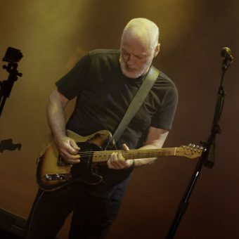 David-Gilmour-is-singing-to-guitar
