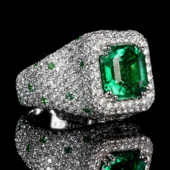 Ring-with-emerald