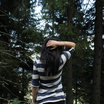 Girl-looks-at-the-forest