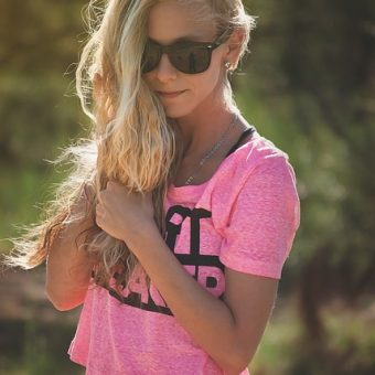 Girl-has-a-pink-t-shirt