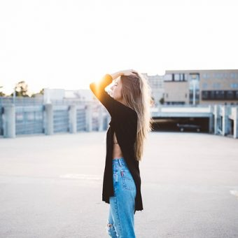 Girl with-jeans-admires-the-sun