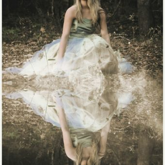 Girl-with-dress-is-in-the-woods