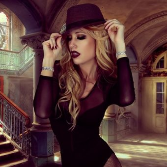 Woman-wears-an-elegant-black-hat