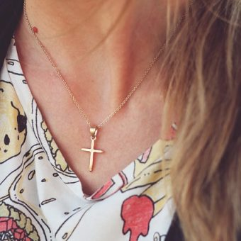 Girl-wears-gold-necklace