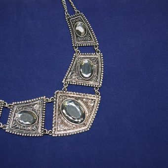 Fashion-necklace-with-gemstones-for-women