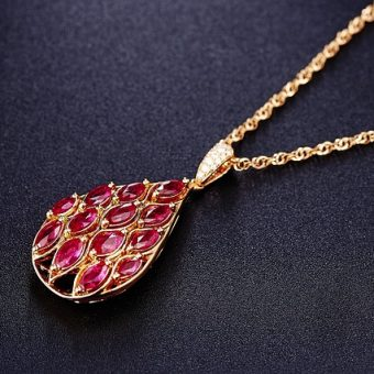 Gold-necklace-with-pendant
