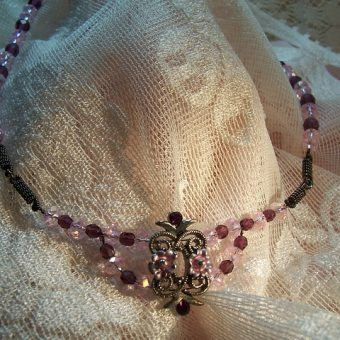 Vintage-necklace-with-gemstones