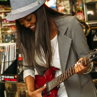 Woman-is-trying-the-guitar
