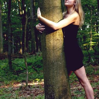 Girl-hugs-the-tree