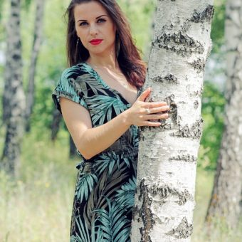 Woman-hides-behind-the-tree