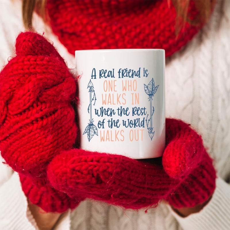 TheGreenDovecote Best Friends - Christmas Mug - A real friend is one who walks in when the rest of the world walks out