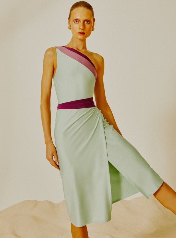 This practical wrap around strapless dress is made with stretch fabric and is a key piece to your summer wardrobe