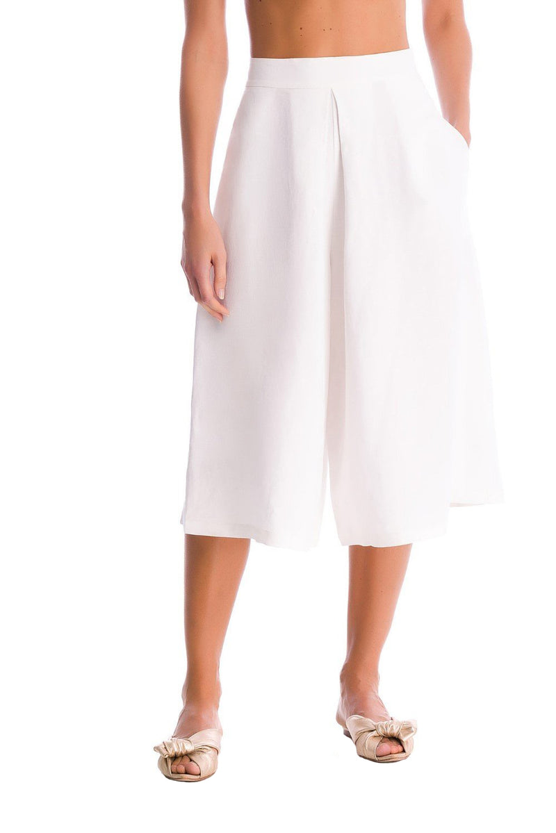 These midi pants are made from linen pants with side pockets that give the piece a contemporary feel