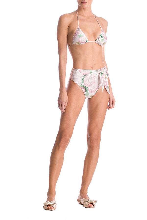 This bikini model features a delta wing armhole with a mooring on top. It has a basic curtain top with removable bulge