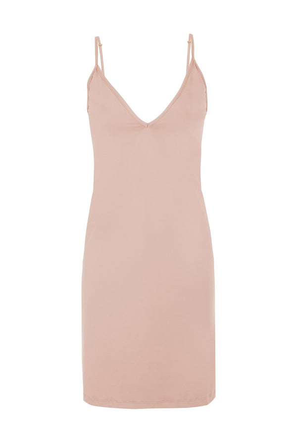 This basic and elegant nude slip dress with skinny shoulder straps ensure a nonchalant yet flattering appearance it´s perfect for silk lining for an opaque finish