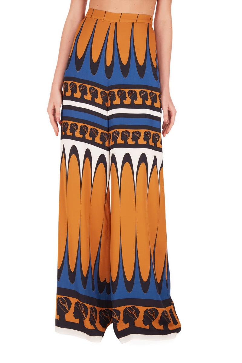The palazzo pants are inspired in the 1970´s style and the loose silhouette is perfect for summer evenings