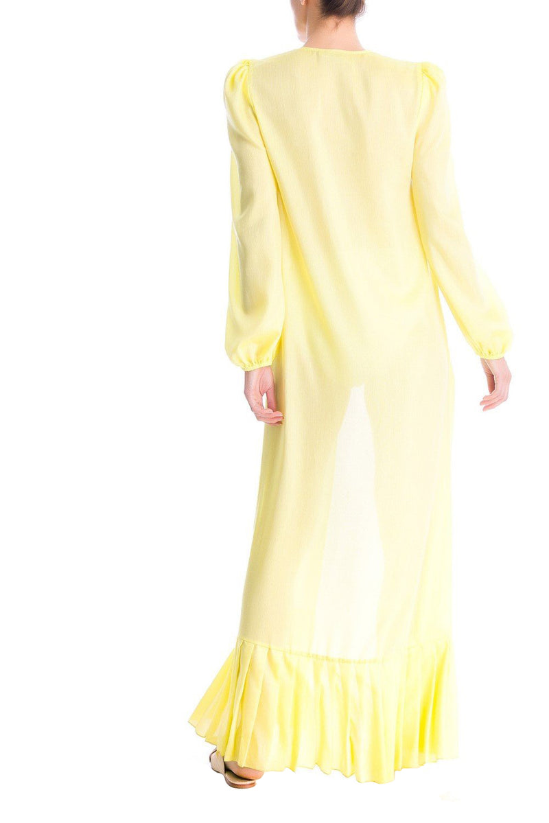 This plain long robe brings the vintage mood of the collection with puffed sleeves, hem pleats and orchid buttons