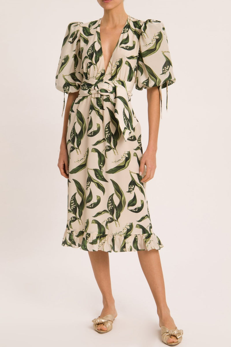 With a feminine aestethic and a vintage allure, this midi dress with matching belt is the perfect choice for your next summer vacation