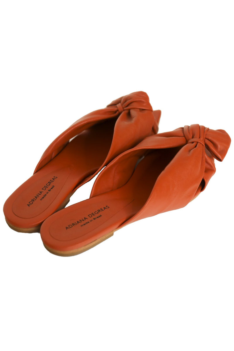 Chic with a vintage twist, this leather flat is comfortable and ensures a touch of style to the look. This piece makes any look cooler and can be worn at the beach, day to day or even at dinner.