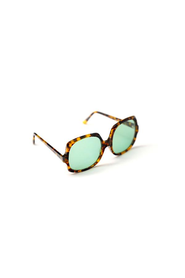 Part of the lable´s DNA, these vintage inspired sunglasses brings personality to your look. GO BIG OR GO HOME