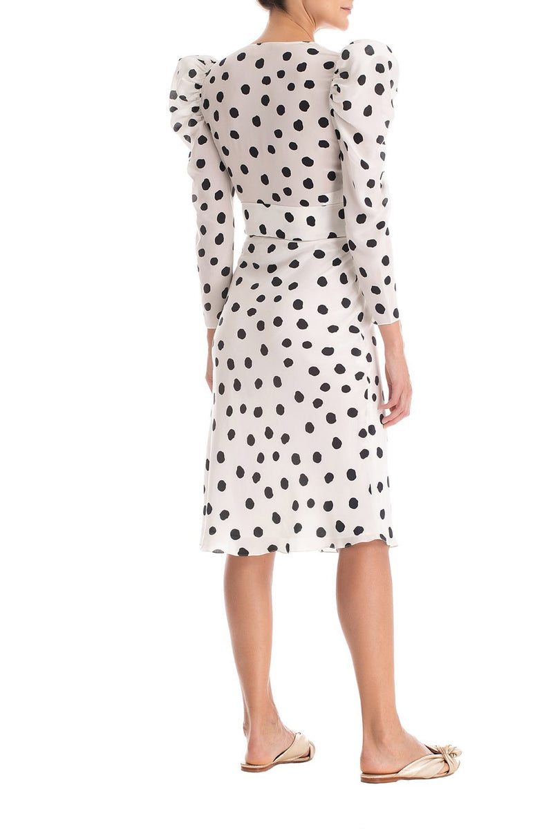 This elegant polka-dotted dress is inspired in the 1940s shapes
