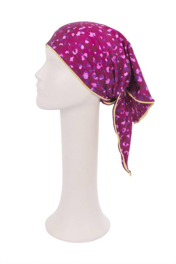 This colorful triangle scarf is made of stretch fabric and can be used as headband while on vacation