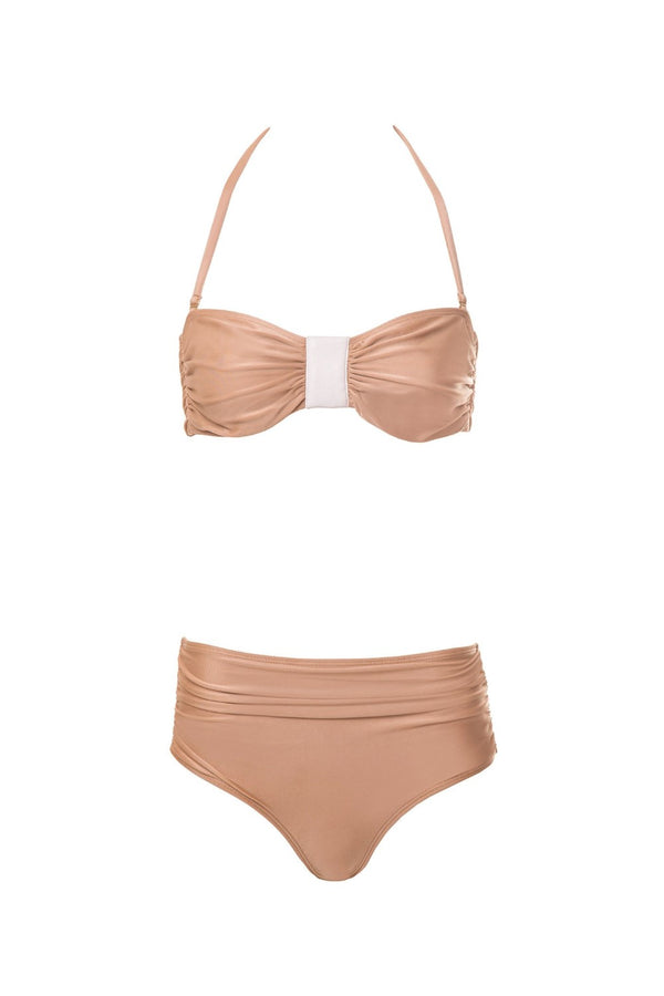 In a charming nude color and with delicate details in leather, this hot pants bikini provides you a discreet, yet remarkable look