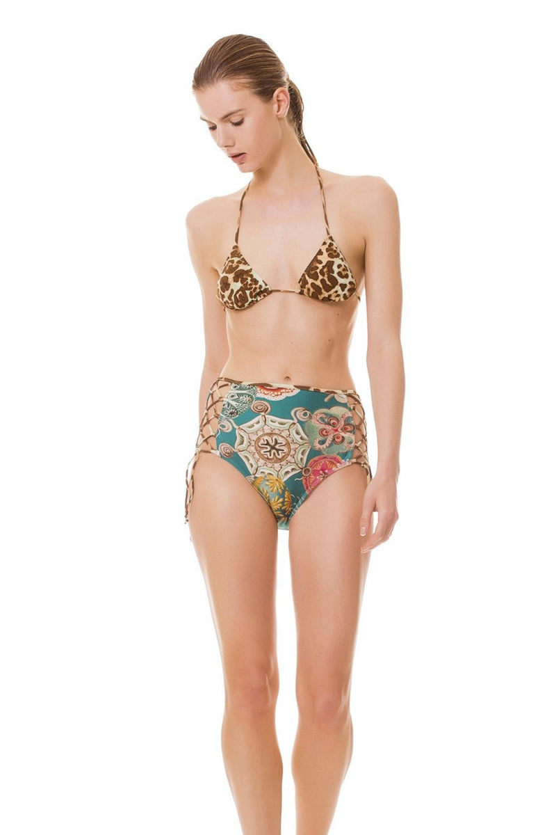 This combination of triangle bikini and hot pants mixes also two of our exclusive prints - Leopard and Sea Biscuit - , giving the idea of a mix-and-match set. In addition, the hot pants features adjustable crossed straps, to make it fit you flawlessly