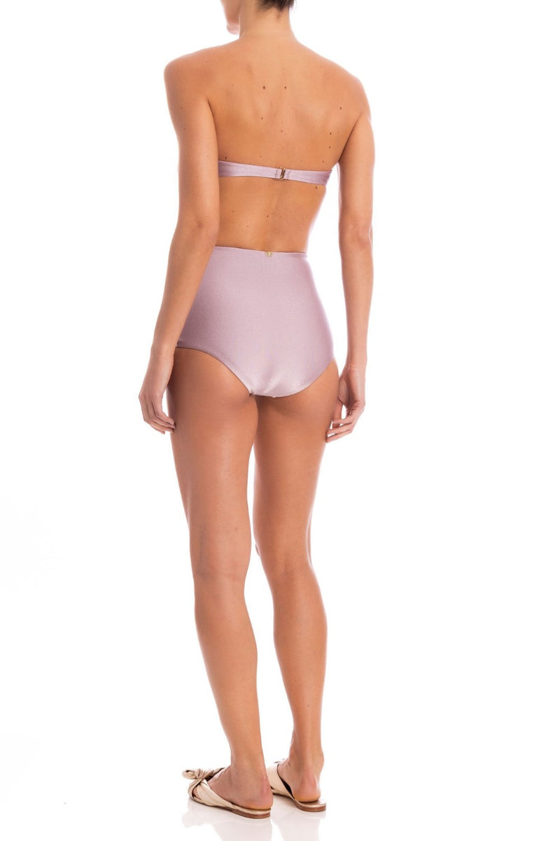 This bikini set consists in underwired cups for supportive feel and high-rise briefs