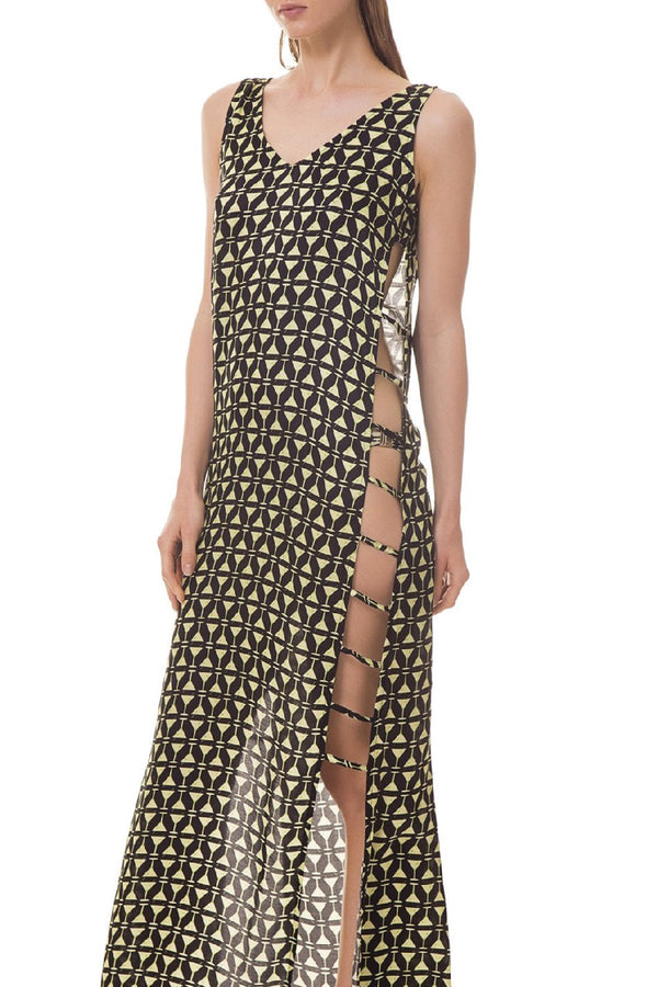 With a long side slit, held by thin straps, this V-neck long dress is the ideal choice for a sophisticated after-pool outfit