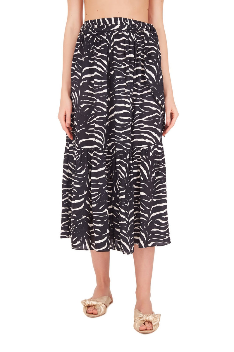 This wraparound viscose zebra skirt is shaped with high-rise waist and is an elegant piece for summer weekends
